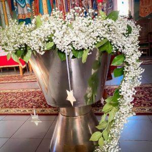 Aranjament cristelnita botez flori albe