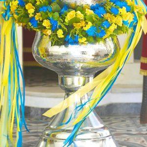 Aranjament-cristelnita-baiat-flori-galbene-albastre