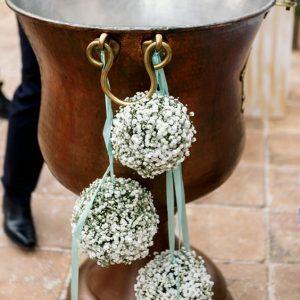 decor-cristelnita-flori-sfere-albe