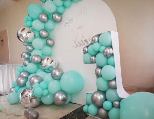 decor-petrecere-mot-cu-baloane-menta-argintii-baiat-aranjament